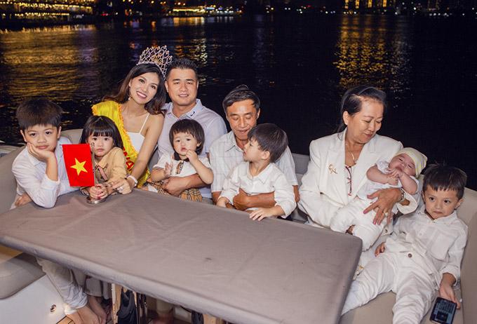 Bố chồng và mẹ ruột Oanh Yến đi cùng, phụ các con chăm nom 6 nhóc tỳ hiếu động.