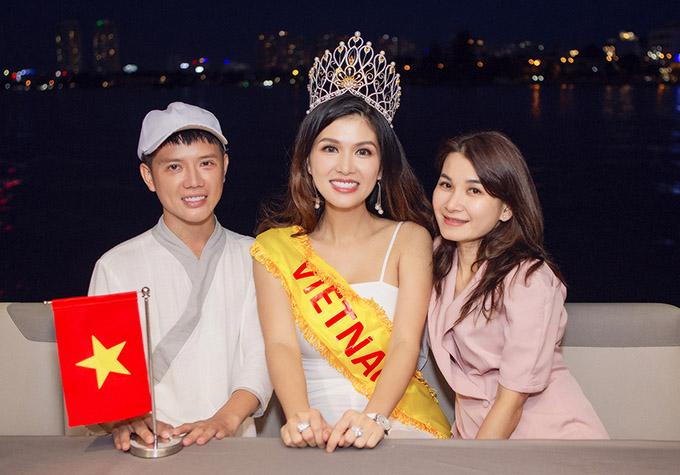 [Caption]Mẹ 6 con Oanh Yến dự thi Hoa hậu Quý bà Hoàn vũ Thế giới 2020 Hoa hậu Oanh Yến sinh năm 1986, người đẹp từng đăng quang Nữ hoàng sắc đẹp Thế giới 2019. Trước đó, cô từng lọt vào chung kết Hoa hậu Việt Nam 2008, top 15 Hoa hậu Thế giới người Việt 2010 và giành danh hiệu Hoa hậu Thế giới Toàn cầu 2015, queen of beauty world 2019. Ở tuổi 34, cô có trong tay tất cả, là công dân toàn cầu duy nhất dành hai giải cao quý nhất về sắc đẹp hoa hậu, và nữ Hoàng. Được báo chí ưu ái phong danh hiệu hoa hậu, nữ hoàng đẹp nhất trên toàn thế giới, và đặc biệt chỉ vừa mới sinh con thứ 6 cách đây 4 tháng, Oanh Yến gây bất ngờ khi xác nhận đang chuẩn bị mang chuông đi đánh xứ người thêm một lần nữa.