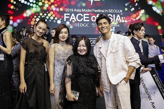 Bà Trang Lê - trưởng ban tổ chức cuộc thi The Face Việt Nam (giữa) bên các người mẫu Việt Nam tại lễ trao giải Asia Model Festival 2019.