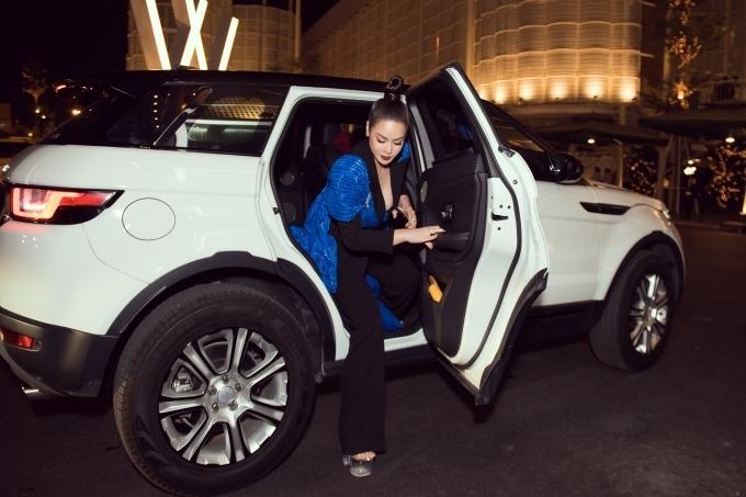 Hôm 15/1 tới dự lễ trao giải Ngôi sao của năm, Nhật Kim Anh xuất hiện với xe hơi 3 tỷ đồng.
