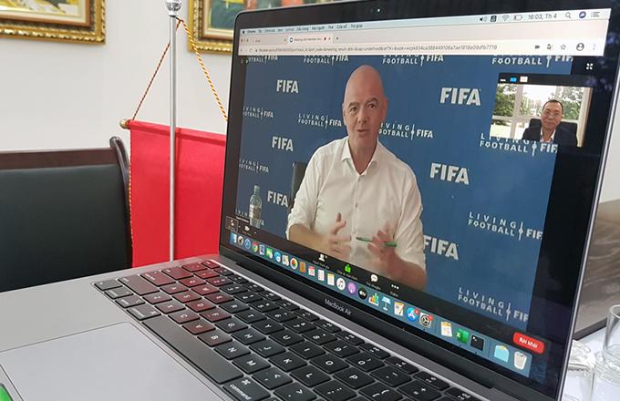 Chủ tịch FIFA Gianni Infantino trao đổi trực tuyến với Phó Chủ tịch VFF Trần Quốc Tuấn.