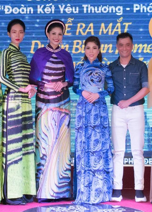 NTK Nhật Dũng cùng dàn mẫu diện áo dài của anh trong sự hiện hôm 28/7 tại Hà Nội.