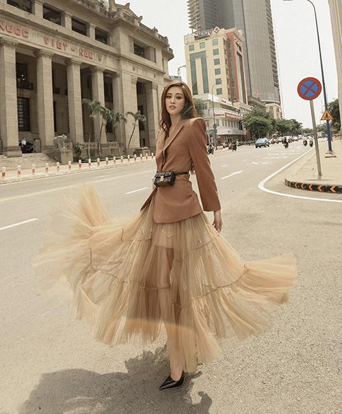 Hình ảnh của Khánh Vân biến đổi không ngừng từ phong cách gợi cảm đến thanh lịch qua nhiều set đồ thời thượng.