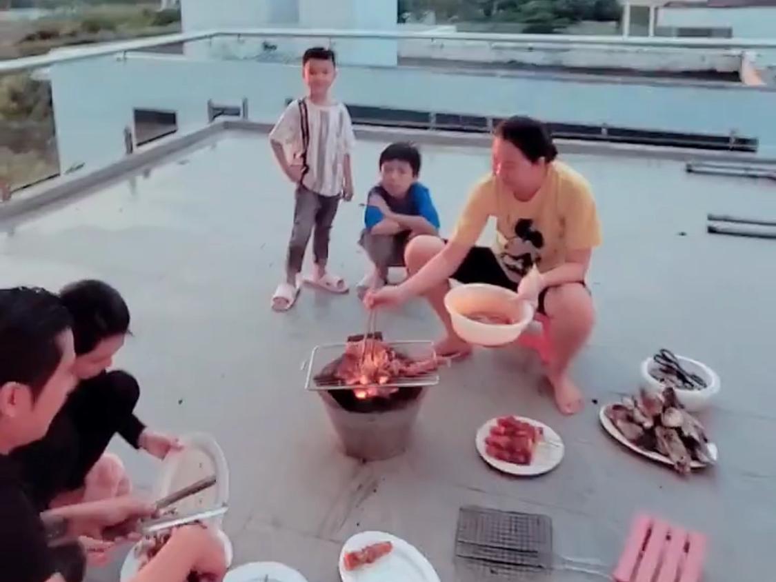 Sau khi bơi lội, cả nhà lên sân thượng, tổ chức nướng đồ ăn và dùng bữa tối với nhau.