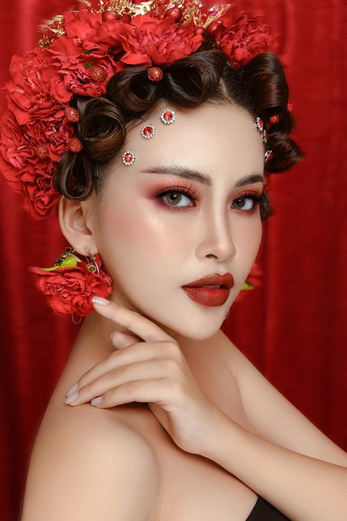 1. Makeup tông đỏ mậnTrang điểm cô dâu mùa hè chú trọng tới việc dùng các sản phẩm có chỉ số chống nắng từ 30-50 SPF. Sau các bước dưỡng da, makeup artist Đặng Quỳnh dùng kem lót để cân bằng màu sắc da.