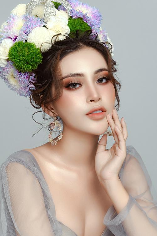 Má ửng hồng nhẹ nhàng, môi tô son ombre giúp cô dâu tươi trẻ.