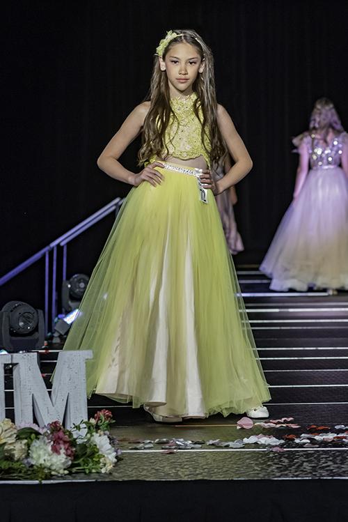 Bông hồng lai khi ấy được ba thương hiệu Marie Belle Couture, Cabriolle và Evaliza lựa chọn. Trên sàn diễn quốc tếm Lucy Bùi khoe vẻ xinhd dẹp, thần thái chuyên nghiệp trong những bộ váy bồng bềnh kiểu công chúa.
