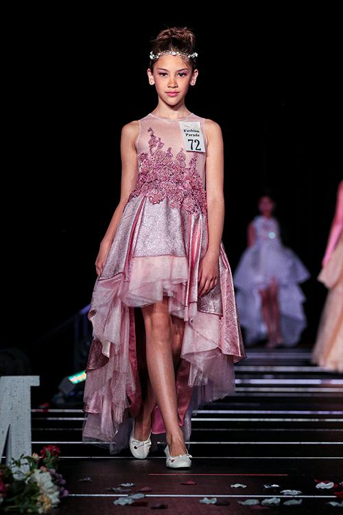Về Mỹ nghỉ hè năm 2019, Lucy Bùi đã được chú ý khi trở thành mẫu nhí Việt đầu tiên tham gia trình diễn tại show thường niên Fashion Parade do tạp chí Child Model Magazine của Mỹ tổ chức ở Atlanta.