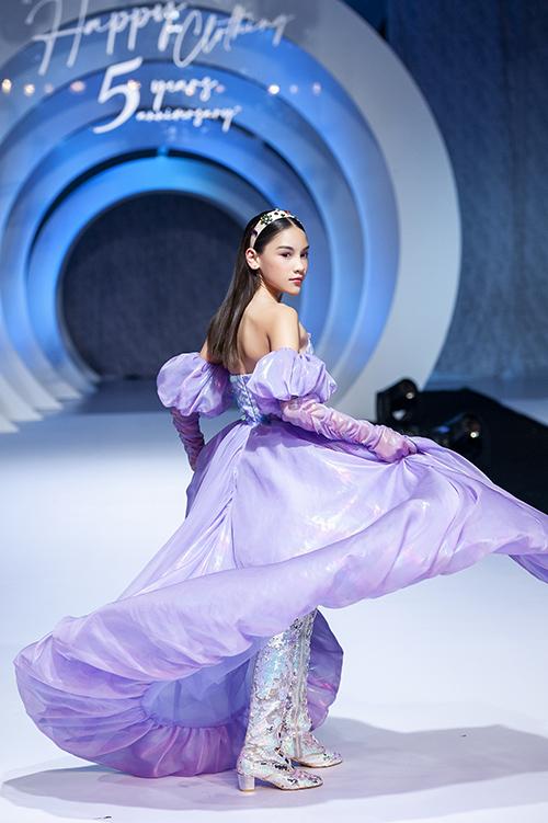Lucy Bùi là một trong những gương mặt gây ấn tượng nhất khi làm vedette trong show thời trang kỷ niệm 5 năm hoạt động của nhà thiết kế Thảo Nguyễn hôm 19/7. Mới 10 tuổi nhưng mẫu nhí đã sở hữu chiều cao 1,6m và thần thái chuyên nghiệp trong từng bước catwalk.