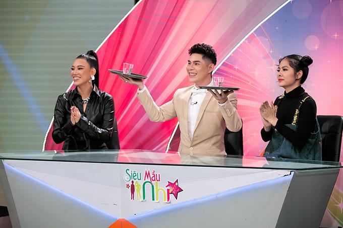 Để phần thi trình diễn thời trang thêm ấn tượng, đạo diễn Nguyễn Hưng Phúc đã đưa ra đề bài, catwalk với khay nước.