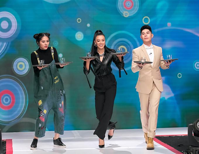 Để khích lệ tinh thần các thí sinh nhí cho phần thi biểu diễn catwalk, bộ ba giám khảo gồm đạo diễn Hưng Phúc, Á hậu Kim Duyên, diễn viên Vân Trang quyết định ra thị phạm cho mọi người xem.