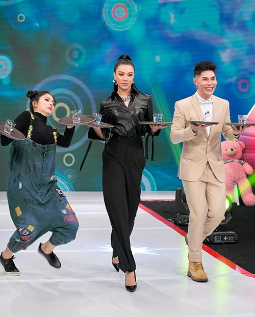 Mặc dù bị lép vế chiều cao so với á hậu Kim Duyên, diễn viên Vân Trang vô cùng tự tin khi tham gia catwalk cùng các thành viên trong ban giám khảo