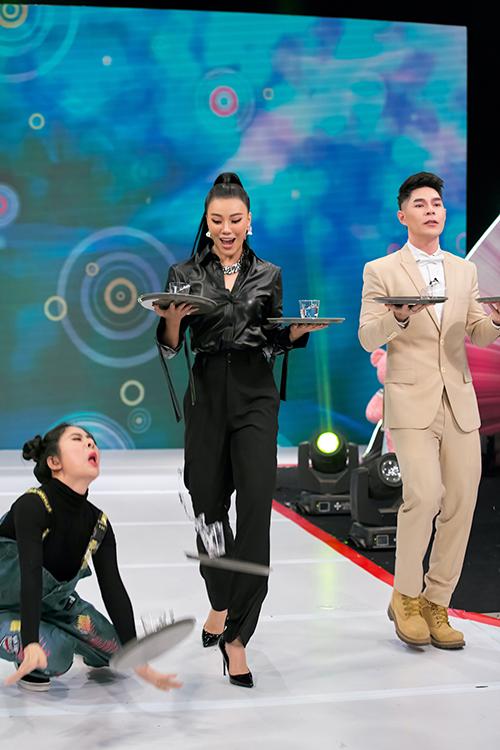 diễn viên Vân Trang vì quá hào hứng ngả nghiêng nên khi bước những bước đầu tiên đã bị loạng choạng và té. Ngay sau đó cô lập tức tạo dáng thần thái, được mọi người vỗ tay tán thưởng bởi tinh thần đẹp bất chấp mọi địa hình.