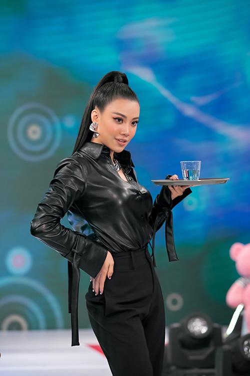 Á hậu Kim Duyên thực hiện tốt phần catwalk vì cô vốn có nền tảng về kỹ năng trình diễn. Đạo diễn Hưng Phúc cũng chứng tỏ bản thân không hề thua kém nàng á hậu.