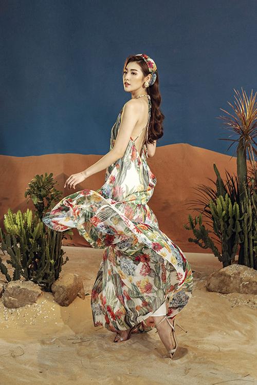 Váy maxi hở lưng may từ chất liệu mềm mịn, tạo cảm giác thoáng mát và mang lại nét trẻ trung, nữ tính cho Tú Anh trong những buổi dã ngoại, du lịch hay dạo biển.