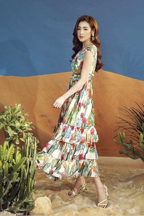Tú Anh biết cách khiến trang phục họa tiết trở nên cuốn hút hơn với khuyên tai to bản và sandals quai mảnh.