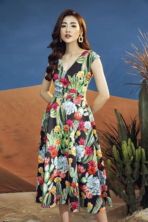 Váy cocktail dáng chữ A dài quá gối khiến Tú Anh thêm nổi bật với họa tiết hoa xương rồng nổi bật.