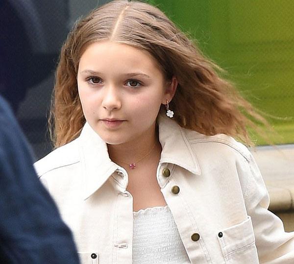 Cô nhóc nhà Becks đeo khuyên tai hoa màu trắng giống trang phục. Harper trông sành điệu với mái tóc xoăn, trang phục phong cách. Con gái của vợ chồng biểu tượng thời trang cũng được coi là một fashionita nhí.