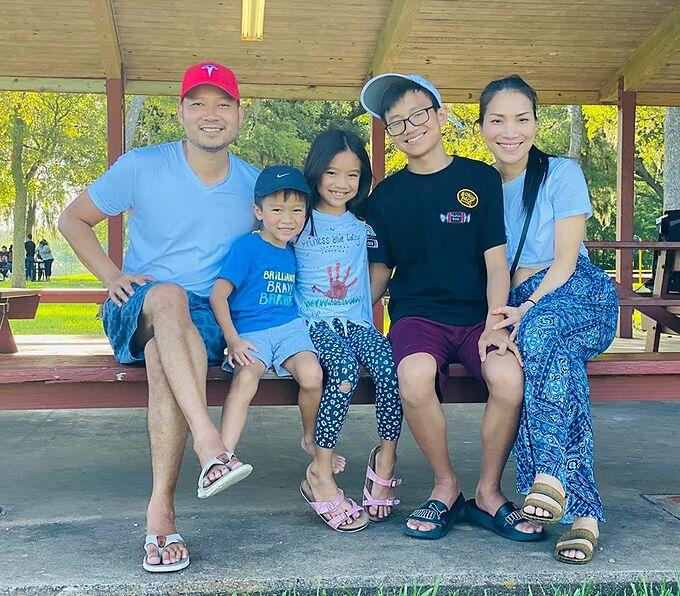Vợ chồng Hồng Ngọc bên ba con.