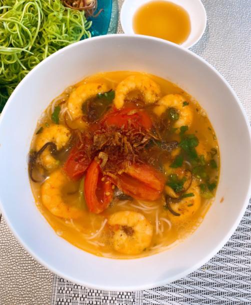 Dù xa nhà, Phạm Hương vẫn thường xuyên được thưởng thức các món ăn quê nhà, trong đó có bún tôm - đặc sản Hải Phòng. Tôm được lột vỏ, nước dùng có cà chua, hành phi, ăn kèm với rau muống chẻ và hoa chuối - chuẩn Việt Nam.