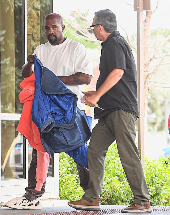 Kanye West đến viện khám sau khi gặp Justin Bieber - người cũng nhiều năm chiến đấu với căn bệnh trầm cảm.