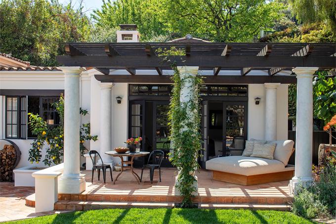 Kendall Jenner lần đầu hé lộ hình ảnh biệt thự riêng sau một năm rưỡi chuyển tới đây sống. Cô rất yêu ngôi nhà kiến trúc Địa Trung Hải này và đã dành một năm cùng các kiến trúc sư danh tiếng decor tổ ấm theo phong cách riêng của mình.