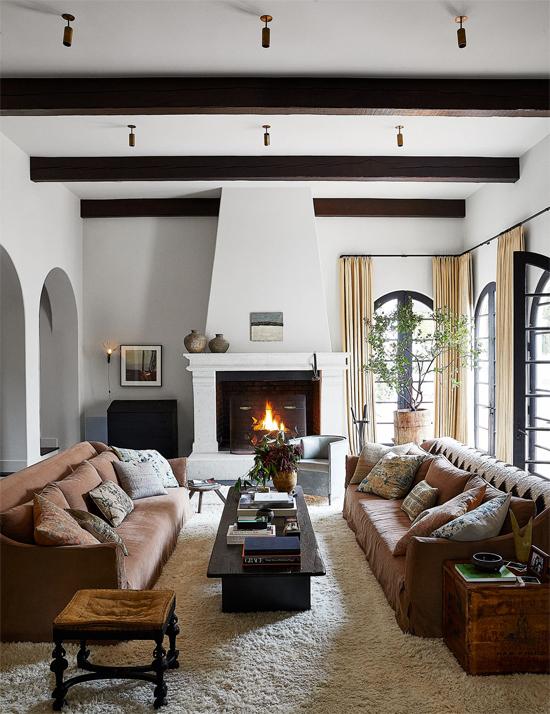 Kendall thích đón tiếp bạn bè đến nhà chơi, cùng nhau xem phim, tâm sự hơn là tiệc tùng. Cô thiết kế phòng khách ấm cúng với sofa sắc màu và họa tiết vintage.