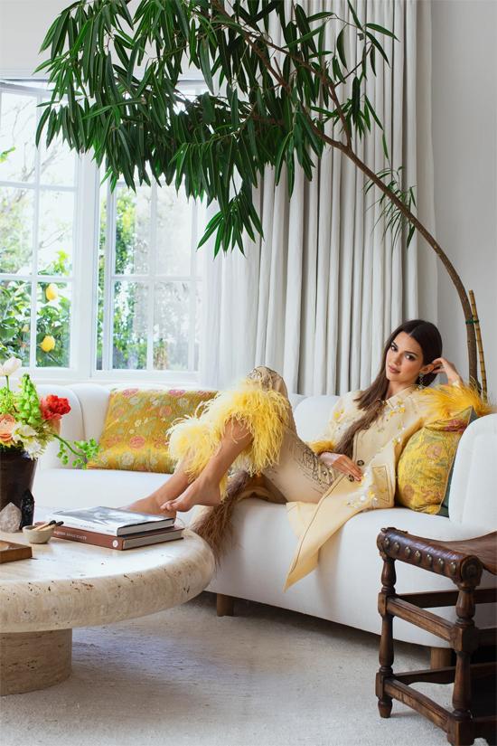 Là người thường xuyên di chuyển khắp thế giới, tham dự những sự kiện lớn và sôi động nên Kendall Jenner muốn ngôi nhà là nơi nương náu bình yên. Bởi vậy không gian tổ ấm của siêu mẫu 23 tuổi được thiết kế xanh tươi, ấm cúng mang lại cảm giác an yên, thư giãn.