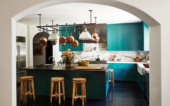 Cô phối hợp kệ bếp màu xanh lá với bàn đá cẩm thạch. Kendall tâm sự rằng, căn bếp xinh xắn này luôn gợi cảm hứng cho cô nấu ăn và làm các loại bánh.