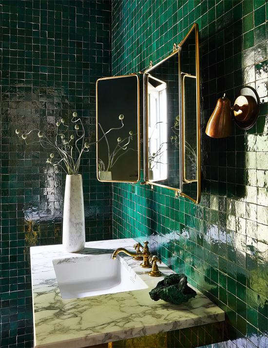 Một phòng tắm khác được cô ốp đá xanh rêu mang đậm vẻ cổ điển.