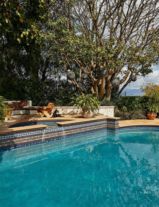 Phía sau biệt thự là bể bơi và khu vườn rộng xanh tươi. Nhà  của Kendall nằm trên núi nên không khí luôn trong lành, tràn ngập ánh sáng.