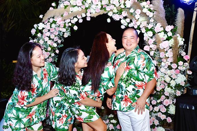 Gia đình Thúy Hạnh - Minh Khang diện trang phục đồng điệu, nổi bật khi đi dự tiệc. Tiệc của người ta mà nhà mình làm quá, bà mẹ hai con chia sẻ.