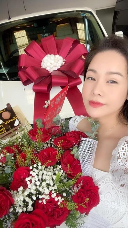 Nàng Thị Bình của phim Tiếng sét trong mưa hân hoan đón món quà mới dành tặng cho mình.