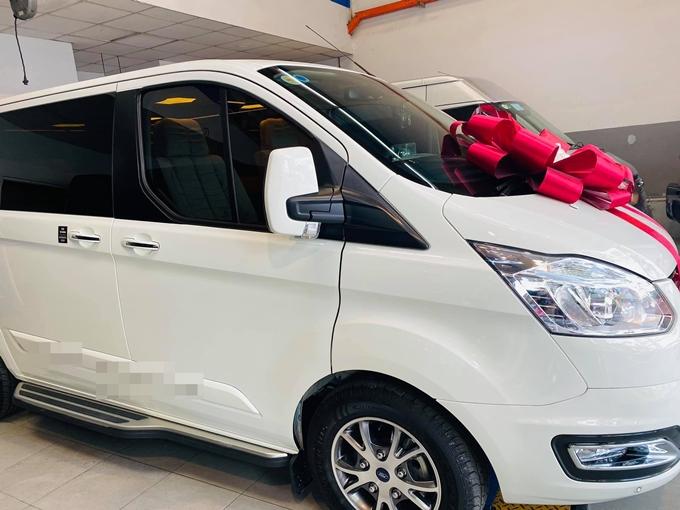 Chiều 30/7, ca sĩ - diễn viên Nhật Kim Anh đăng hình ảnh xe hơi mới trên Facebook và viết: Chào mừng em về với gia đình chị. Một nguồn tin cho hay chiếc xe này trị giá khoảng 2 tỷ đồng.