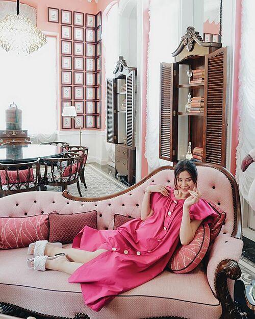 Bà bầu Đông Nhi hóa pink girl.