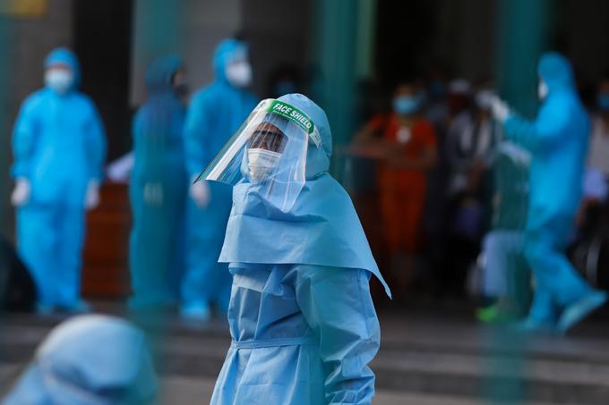 Nhân viên y tế chuẩn bị đưa các bệnh nhân và thân nhân ba bệnh viện ở Đà Nẵng đi cách ly tập trung, hôm 27/7. Ảnh: Nguyễn Đông.