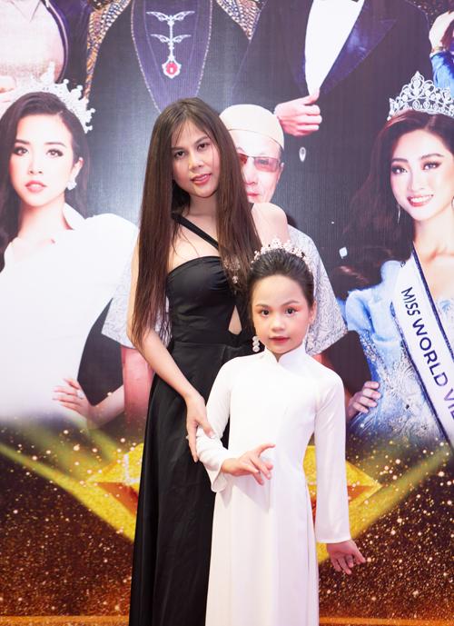 Hiểu Anh chụp ảnh cùng mẹ - Người đẹp vì môi trường 2020 Như Quỳnh.
