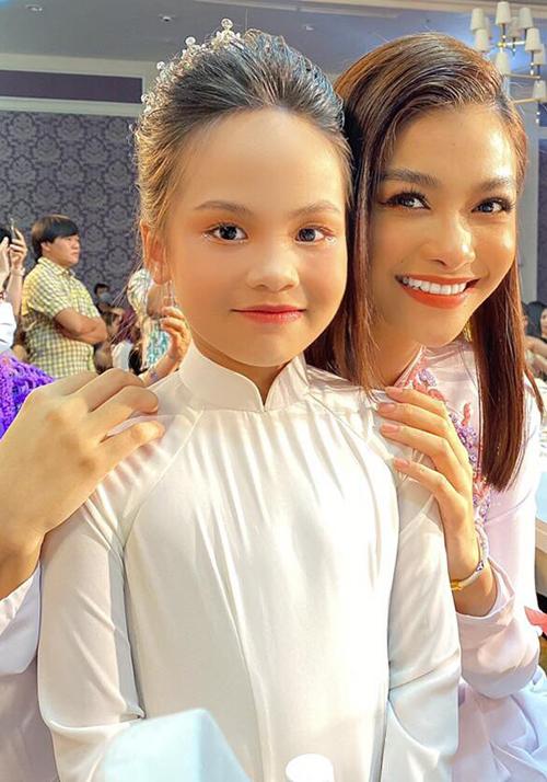 Mẫu nhí còn được gặp gỡ á hậu Kiều Loan trong hậu trường.