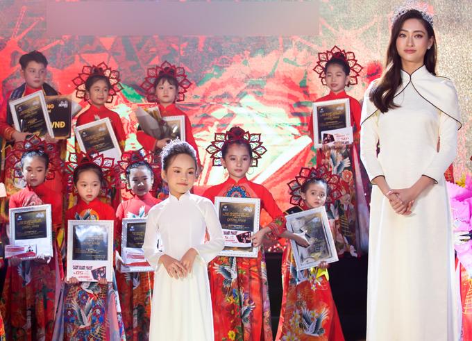 Hiểu Anh và hoa hậu Lương Thùy Linh lên trao giải cho thí sinh đoạt ngôi Đại sứ Áo dài nhí 2020.