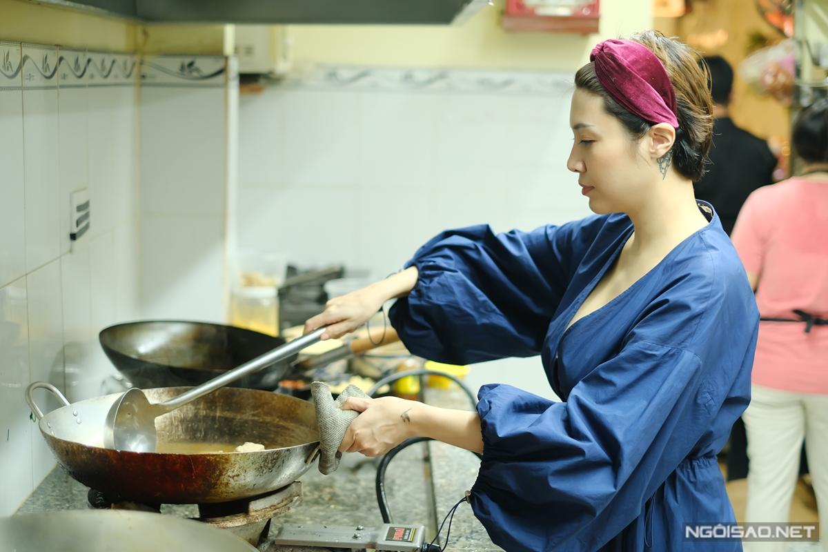 Để đảm bảo chất lượng, Pha Lê tuyển đầu bếp kỹ lưỡng, lựa chọn nguyên liệu tươi sống và thỉnh thoảng đích thân xuống bếp.
