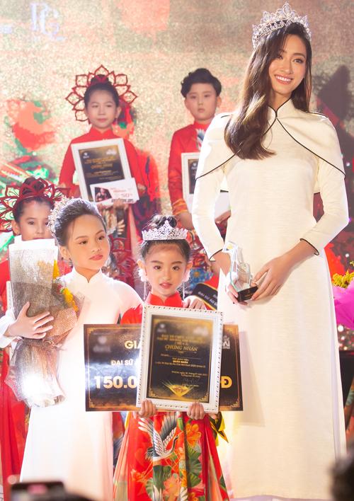 Bé Nguyễn Suri 6 tuổi vượt qua 29 thí sinh khác đăng quang Đại sứ Áo dài nhí 2020. Cuộc thi này được tổ chức thường niên, dành cho các bé từ 4 đến 14 tuổi. Chương trình nhằm tôn vinh giá trị của tà áo dài trong đời sống và khuyến khích, khơi dậy niềm tự hào, ý thức trách nhiệm gìn giữ, phát huy các giá trị văn hóa truyền thống của thiếu nhi.
