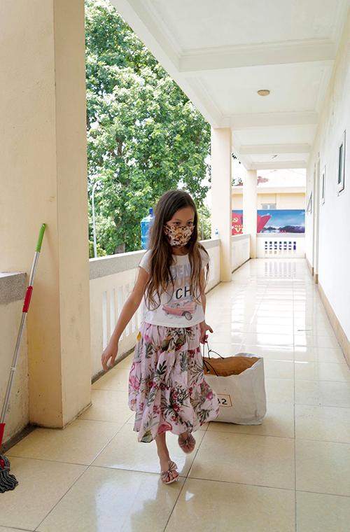 Bé Tép, con gái của Hồng Nhung, kéo rác đi đổ.