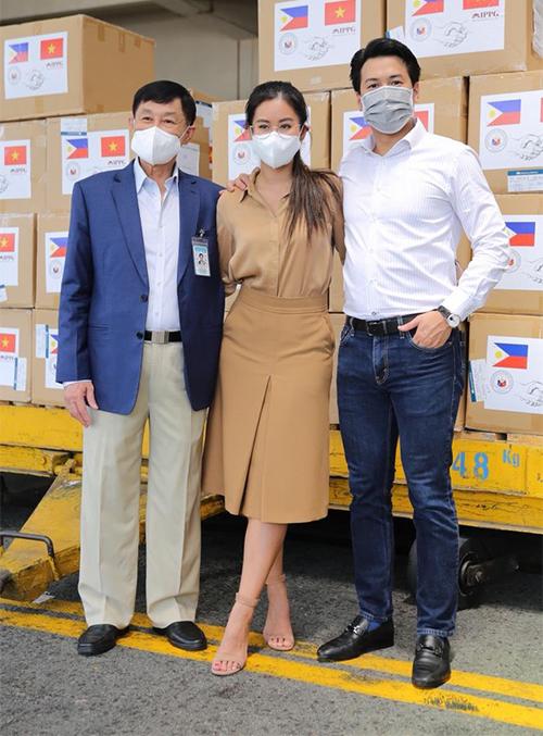 Tiên Nguyễn cùng bố và anh trai Phillip Nguyễn trong buổi trao khẩu trang và thiết bị y tế cho Philippines.