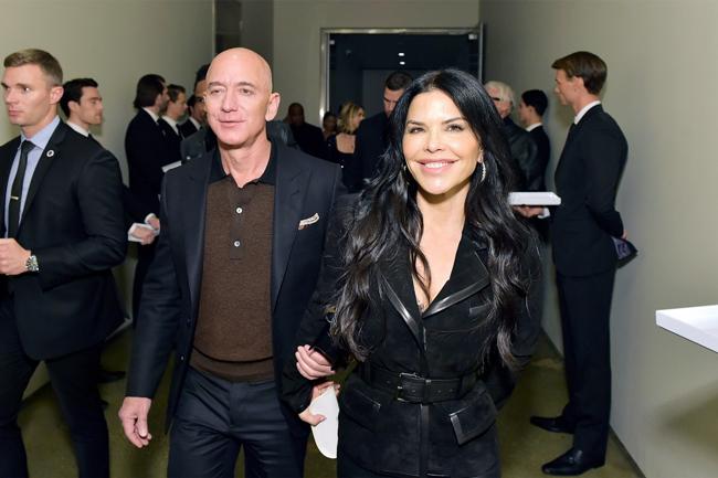 Tỷ phú Jeff Bezos và bạn gái tham dự show thời trang của Tom Ford hồi tháng 4. Ảnh: AP.