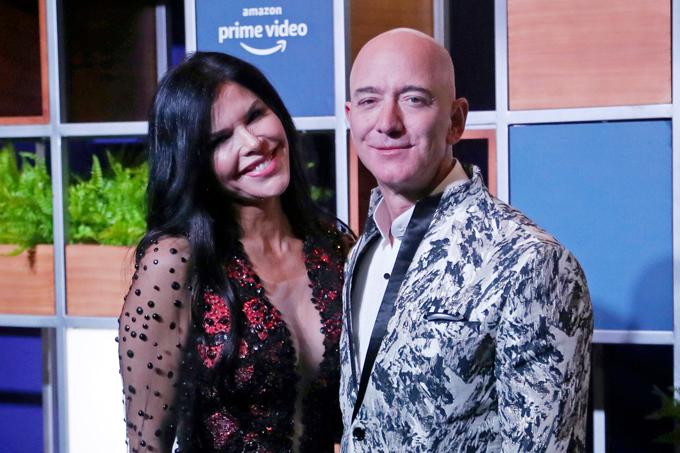 Lauren Sanchez đi cùng Jeff Bezos trong chuyến công tác tại Ấn Độ hồi đầu năm. Ảnh: AP.