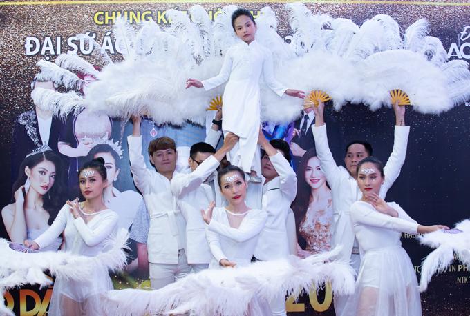 Đại sứ Áo dài nhí 2019 biểu diễn tiết mục múa Con cò trong chung kết cuộc thi dành cho thiếu nhi, tối 30/7.