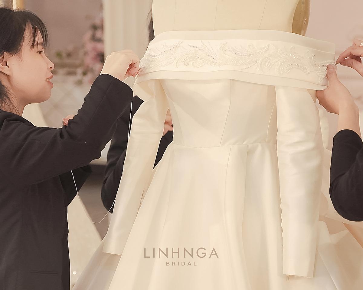 Nhà thiết kế Linh Nga cũng tiết lộ những con số nổi bật trong quá trình chuẩn bị váy cưới cho Á hậu Thúy Vân như đội ngũ hơn 20 người làm việc liên tục trong gần 2.000 giờ và tổng giá trị chiếc váy lên đến nửa tỷ đồng.