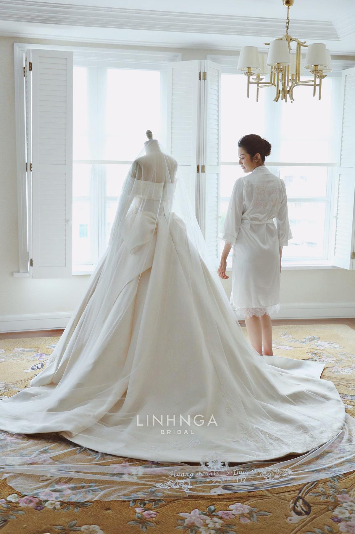 Bên cạnh sự mềm mại, chất vải cũng có độ co giãn vừa phải để tôn từng đường cong của cô dâu nhưng vẫn giữ được phom váy, giúp váy không bị đổ khi mặc.