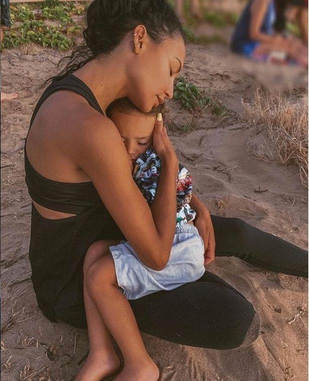 Naya cứu con trai trước khi cô chết đuối.