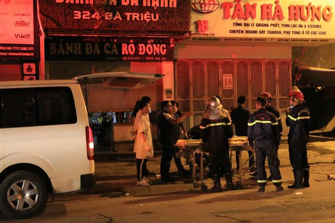 Lực lượng chức năng có mặt tại hiện trường phố Nguyễn Công Trứ sau vụ tai nạn sập giàn giáo xảy ra tối 30/7.